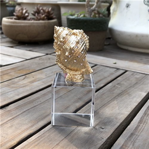 K9 Crystal Table Decoration with Golden Plated Conch